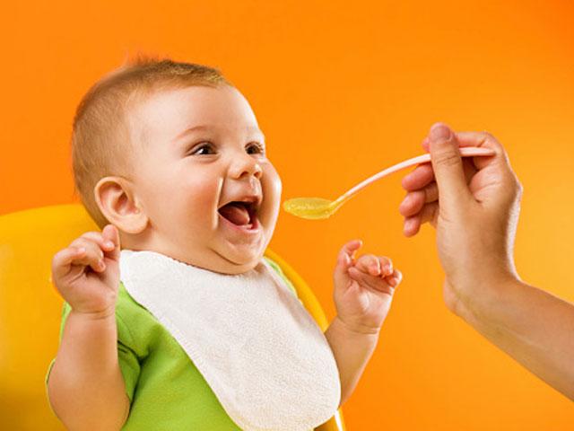 Cho trẻ ăn dặm đúng cách theo khuyến cáo khoa học